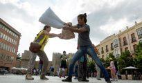 """Escenificación de una """"guerra de almohadas"""" convocada el pasado 4 de junio para denunciar simbólicamente la """"situación de tortura en México""""."""