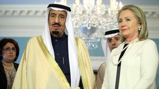 La precandidata demócrata, Hillary Clinton (dcha.), junto al rey saudí Salman bin Abdulaziz Al Saud.