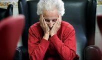Una enferma de alzheimer en un centro de Día.