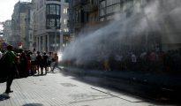 La policía antidisturbios turca utiliza cañones de agua para dispersar una marcha del Orgullo Gay en Estambul el 28 de junio de 2015.