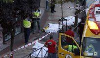 Los cadáveres de las tres personas halladas muertas tras un incendio registrado esta tarde en un despacho de abogados de Madrid permanecen tendidos en la acera a la espera de la llegada del juez. Todo los fallecidos presentaban signos de muerte violenta. Una mujer estaba degollada, otra con un fuerte golpe en la cabeza y el hombre había recibido un hachazo.