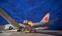 Un avión de carga Boeing 777 de la aerolínea china Air China Cargo en el aeropuerto Frankfurt/Hahn de Lautzenhausen (Alemania).