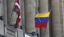 La bandera venezolana y la ikurriña en la diputación de Guipúzcoa.