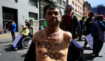 """Un manifestante con una discapacidad física muestra el lema de Un manifestante con una discapacidad física muestra el lema de """"subsidio mensual de quinientos bolivianos"""""""