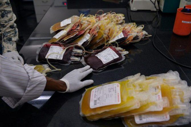 Bolsas de sangre en una clínica de transfusión en Nueva Delhi.