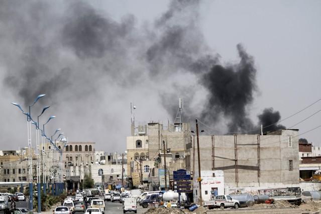 Una columna de humo se eleva del lugar donde se ha producido un bombardeo de Arabia Saudita en la capital de Yemen.