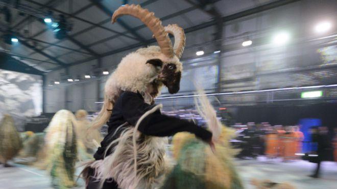 """Obsérvese el traje de cabra, en la escena sexual y en la apariencia andrógina del """"ángel""""."""