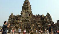 Un turista toma una fotografía en el templo de Angkor Wat en la provincia de Siem Reap.