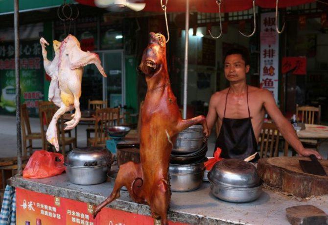 Un puesto de venta de carnes de varios tipos, como pato y perro, el 9 de mayo de 2016 en Yulín, China