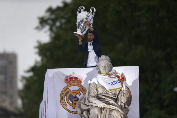 El capitán del Real Madrid, Sergio Ramos, con el trofeo de la Copa de Europa.