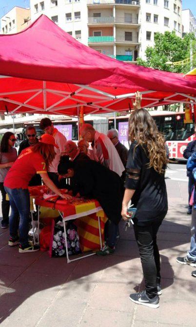 Barceloneses firmando para que la alcaldesa Ada Colau autorice la instalación de pantallas gigantes para seguir a la selección en la Eurocopa.