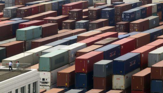 Vista general de contenedores de carga en un puerto.