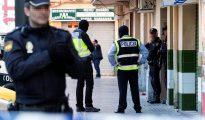 En la imagen, agentes de la policia ante la fachada del domicilio de un detenido en Palma de Mallorca por su vinculación con la organización terrorista Dáesh
