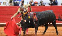 """El torero mexicano Rodolfo Rodríguez """"El Pana"""" lidia su primer toro de la tarde, """"Siempre Juntos""""."""