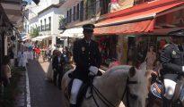 El cortejo nupcial encabezado por la Policía Local a caballo