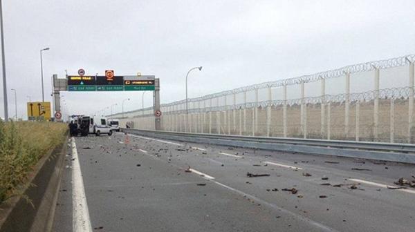 Los escombros tras los disturbios en la autopista rumbo al Canal de la Mancha
