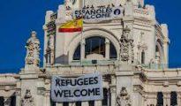 Una pancarta con 'Españoles Welcome' en el Ayuntamiento de Madrid.