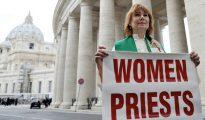 La excomulgada Janice Sevre-Duszynska el 7 de marzo de 2013 en El Vaticano