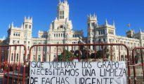 """Pancarta frente al Ayuntamiento de Madrid pidiendo la vuelta de la banda terrorista GRAPO para hacer """"una urgente limpieza de fachas""""."""