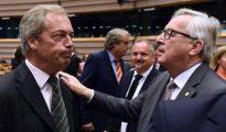 Nigel Farage, líder del partido UKIP, junto al presidente de la Comisión Europea, Jean-Claude Juncker