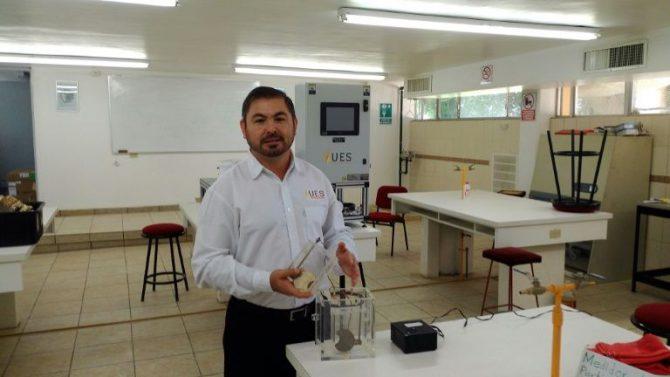 El científico mexicano Gabriel Luna-Sandoval muestra el laboratorio donde convierte la orina en en biogás para bañarse en la ducha y cocinar.
