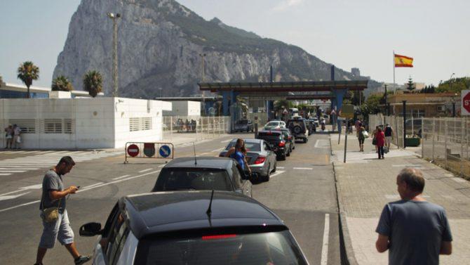 Colas de vehículos ante la verja de entrada a Gibraltar.