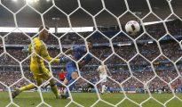 El portero español David de Gea (i) encaja el gol marcado por el delantero de la selección italiana Graziano Pellè (d), el segundo del equipo ante la selección española, durante el partido Italia-España de octavos de final de la Eurocopa de Fútbol de Francia 2016, que se jugó en el Estadio de Saint Denis de París.