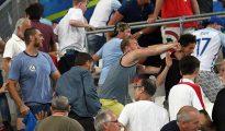 Hinchas se pelean en la grada del Velodrome de Marsella, Francia.