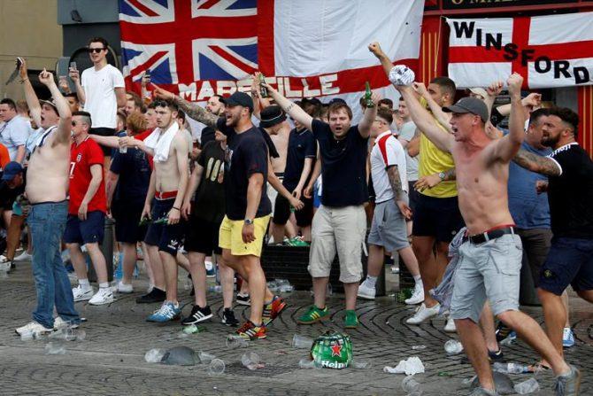 Aficionados ingleses se enfrentan a la policía en el Puerto Viejo de Marsella, en Francia.