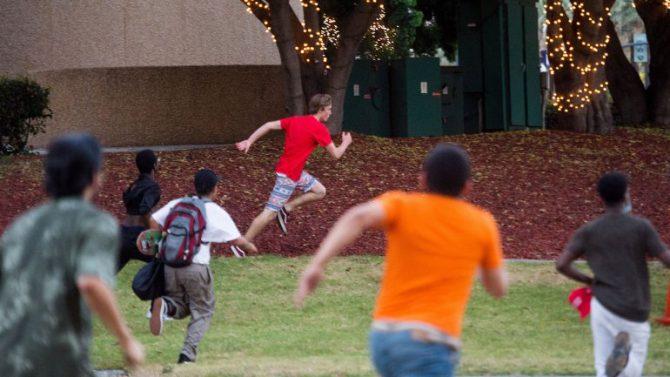 Negros y 'latinos' persiguen a un joven de raza blanca.