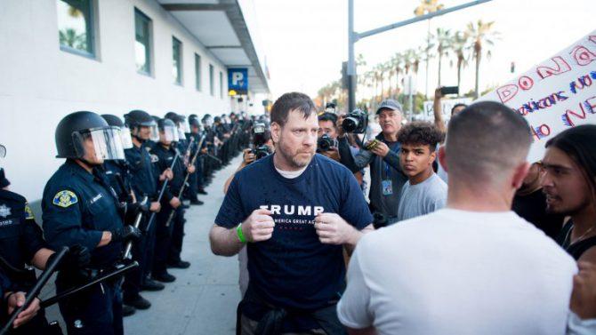 Un partidario de Trump es agredido por manifestantes.