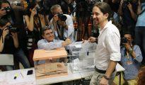 El candidato de Unidos Podemos a la presidencia del Gobierno, Pablo Iglesias, vota en el instituto Tirso de Molina de Madrid.