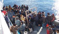 Inmigrantes llegan en bote a Italia procedentes de Libia.