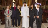 El jeque Mohammed Bin khalifa Al Maktoum, tercero por la derecha, con miembros de la fundación Al Nahda.