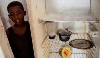 Joffren Polanco junto a su nevera vacía, en su casa de Caracas (Washington Post)