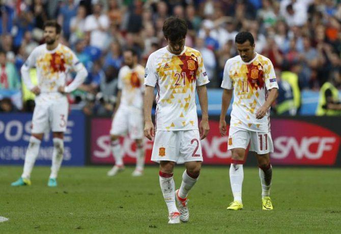 El delantero de la selección española Pedro Rodríguez (d) y el centrocampista David Silva (2d) muestran su decepción ante la victoria italiana, durante el partido Italia-España de octavos de final de la Eurocopa de Fútbol de Francia 2016, que se jugó en el Estadio de Saint Denis de París, Francia.