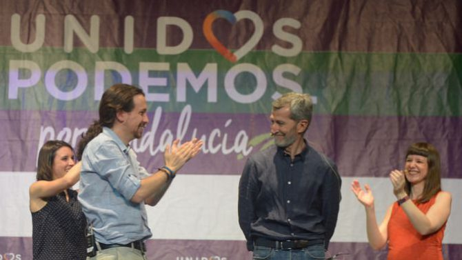 Julio Rodríguez, aplaudido por Pablo Iglesias.