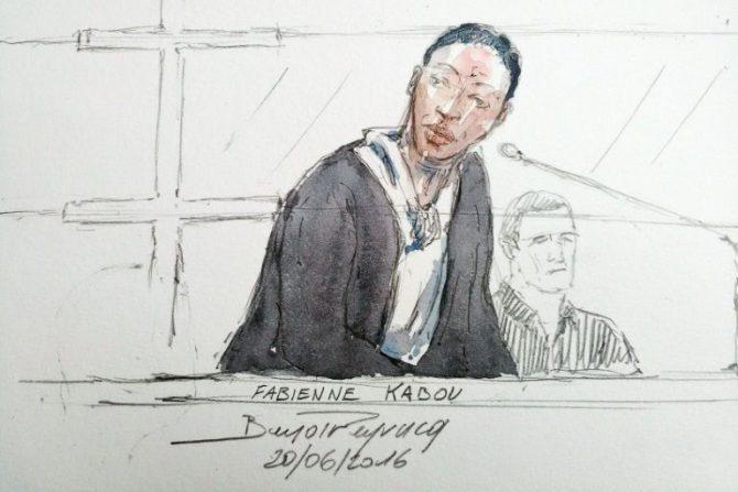 Un retrato de Fabienne Kabou hablando en su juicio en Saint-Omer, Francia, realizado el 20 de junio de 2016
