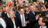 Le Pen y Strache, rodeados de simpatizantes, al inicio de la reunión de líderes de la derecha identitaria europea en Viena.
