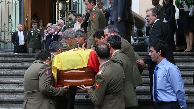 Traslado de los restos mortales del brigada Luis Conde, asesinado por la banda terrorista ETA en Santoña (Cantabria), en la madrugada del 22 de septiembre de 2008.