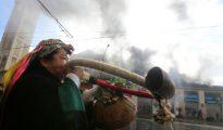 Una mujer mapuche indígena protesta en los alrededores de Valparaíso, Chile.