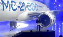 El primer ministro ruso, Dmitry Medvedev, pronuncia su discurso durante la presentación del primer avión de pasajeros MC-21-300 en la planta de aviación de Irkutsk (IAP), en Rusia, hoy.