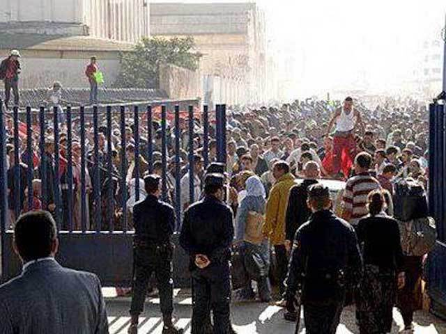 Miles de marroquíes bloquean la frontera que separa Melilla de Marruecos.