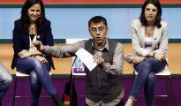 El cofundador de Podemos, Juan Carlos Monedero, junto Irene Montero (ambos presentes en el mitin de Alcorcón) e Ione Belarra.