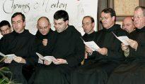 Monjes del Monasterio de Santo Domingo de Silos (Burgos), cantando.