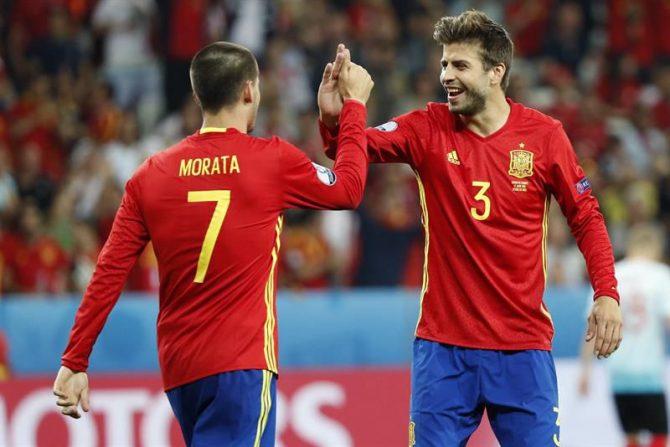 El delantero de la selección española Álvaro Morata (i) celebra su gol, el tercero del equipo, con Gerard Piqué, durante el partido España-Turquía del Grupo D de la Eurocopa de Fútbol de Francia 2016, en el Estadio Allianz Riviera de Niza, Francia.