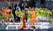 Luis Amado levanta el trofeo que les acredita como campeones de Liga.