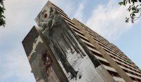 Vista de un mural de 42 metros de alto del artista español Borondo, parte del proyecto Urban Nation en Berlín.