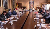 El ministro de Defensa en funciones, Pedro Morenés (c), y el general jefe del Estado Mayor del Ejército de Tierra, Jaime Domínguez-Buj (7i), durante la reunión del Patronato de la Fundación Museo del Ejército.