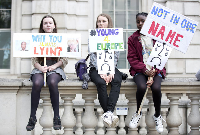 Jóvenes manifestantes contra el Brexit el viernes frente a Downing Street.